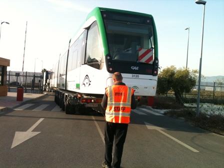 Un operario coordina el transporte en camión de un vagón de Metro