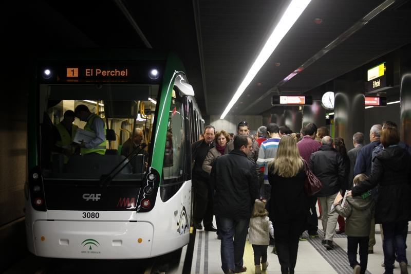 Personas suben y bajan de un tren en el andén de Metro de Málaga