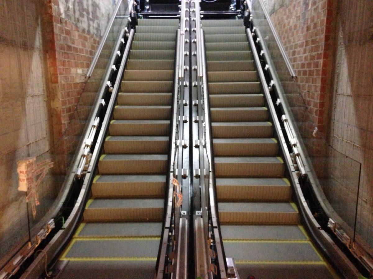 La Junta instala las escaleras mecánicas que conectarán los vestíbulos de El Perchel con la estación de María Zambrano
